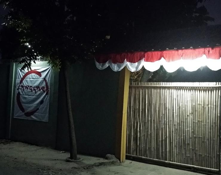 Spanduk pagar malam