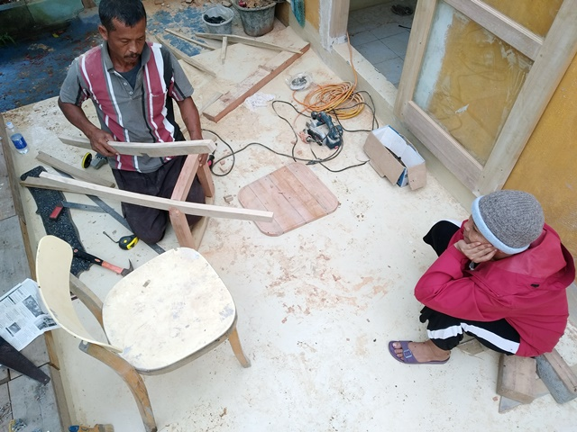 Pak Rojak at work, admired by Liswati, who is the mastermind of design and construction.